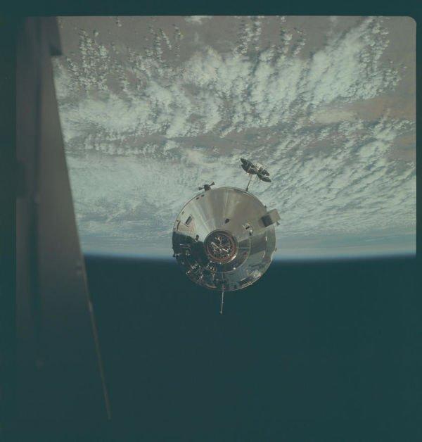 عکسی از ماژول های فرماندهی/ خدمات آپولو 9 که در مارس 1968 میلادی از داخل ماه نشین آپولو گرفته شد.