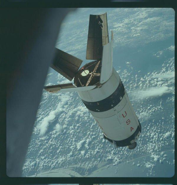 این عکس یکی از مراحل یا بخش های راکت Saturn V موسوم بهSaturn IVB را نشان می دهد که در اکتبر 1968 میلادی از فضاپیمای آپولو 7 گرفته شد.
