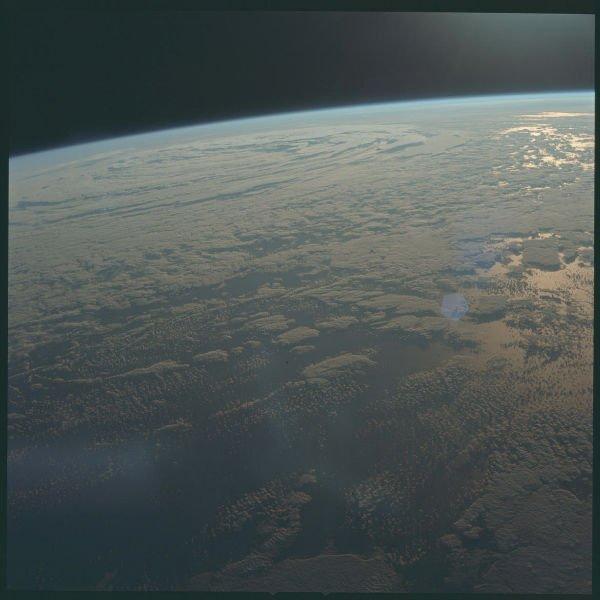 تصویری از زمین که توسط آپولو 11 در جولای 1969 میلادی زمانی که عازم ماه بود گرفته شد.