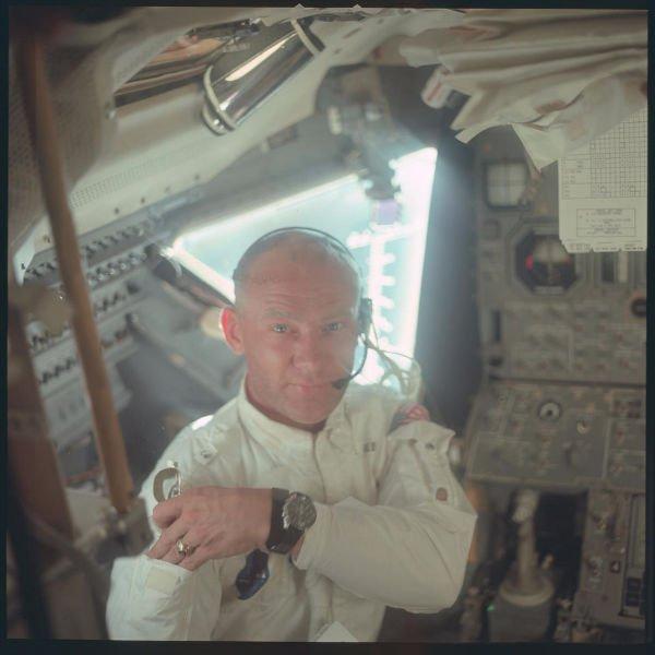 اوین «باز» آلدرین، دومین انسانی که قدم به روی ماه گذاشت. عکس در جولای 1969 میلادی و از داخل فضاپیمای آپولو 11 گرفته شده است.