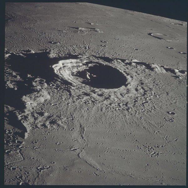 تصویر یکی از دهانه های روی ماه که در نوامبر 1968 میلادی از داخل فضاپیمای آپولو 12 در درونمدار گرفته شد.