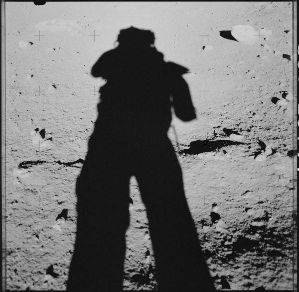 سایه بلند یکی از فضانوردان روی ماه که در 17 دسامبر 1972 میلادی برای نخستین بار از آپولو 7 خارج شد و قدم به روی ماه گذاشت.