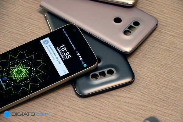 چند سال جلوتر می آییم، همین چند ماه پیش بود که کره ای ها از LG G5 پرده برداشتند، اولین تلفن همراه ماژولار در میان بزرگان. اگرچه Fairphone 2 عملا اولین تلفن همراه ماژولار دنیا محسوب می شود که به ورژن نهایی رسید اما هیچ گاه به اندازه G5 بزرگ و قابل ستایش نبود که بخواهیم آن را وارد بازی کنیم. دوستان G5 واقعا تغییرات جذابی را به ارمغان می آورند که این دستگاه را بسیار متمایز جلوه می دهد.