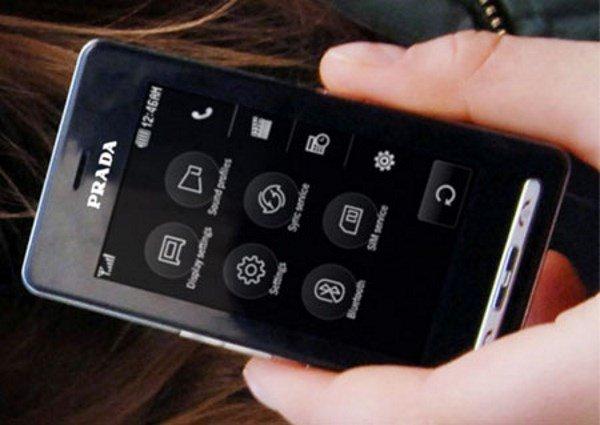 آن ها اولین موبایل با نمایشگر لمسی خازنی را تولید کردند، آن هم زمانی که همه مشغول ساخت نمایشگرهای مقاومتی بودند. LG Prada یا LG KE850 اولین موبایل با نمایشگر 3 اینچی و رزولوشن 240 در 400 بود که 8 گیگابایت حافظه داخلی داشت و در طی 18 ماه اول عرضه اش در بازار، بیش از یک میلیون واحد از آن فروخته شد.