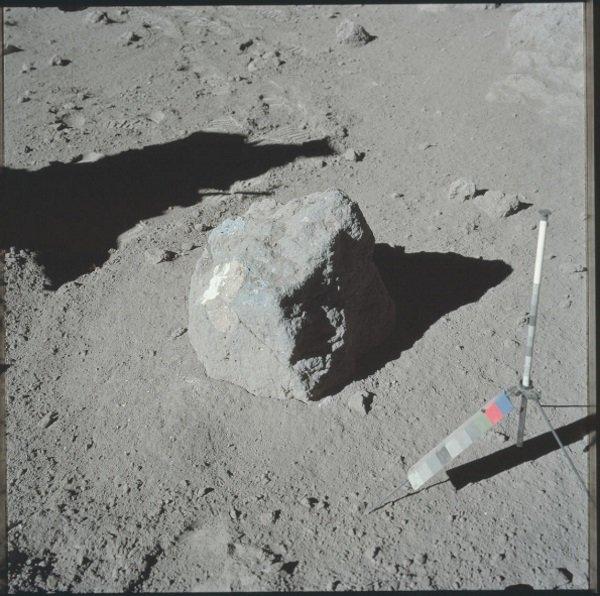 این عکس که در دسامبر 1972 از داخل آپولو 17 گرفته شده سطح تقریبا عاری از رنگ ماه را نشان می دهد.