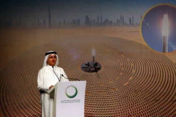 سعید الطیر مدیرعامل سازمان آب و برق دبی در حال اعلام این خبر
