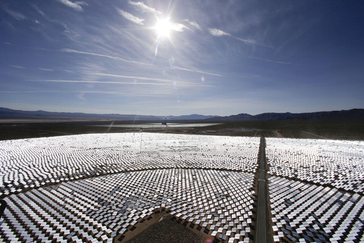 دستیابی به پوششی برای جذب انرژی خورشیدی تا حد زیادی به پیشرفت نانوتکنولوژی و نانوذره ها بستگی دارد اما در مجموع، تا 30 سال دیگر اسپری هایی تولید خواهند شد که از قابلیت جذب نور خورشید و تبدیل آن به انرژی برخوردار خواهند بود.