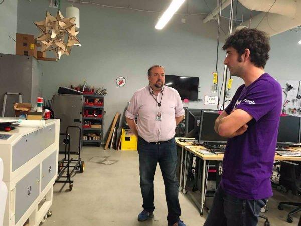 در کنار کانینگهام، کریس دیبونا نیز یکی دیگر از افراد ارشد گاراژ محسوب می شود. وی مسئول پروژه های متن باز در گوگل به شمار می رود. او همچنین به عنوان یکی از مشاورین سریال سیلیکون ولی در تهیه این برنامه تلویزیونی پرطرفدارایفای نقش می کند.