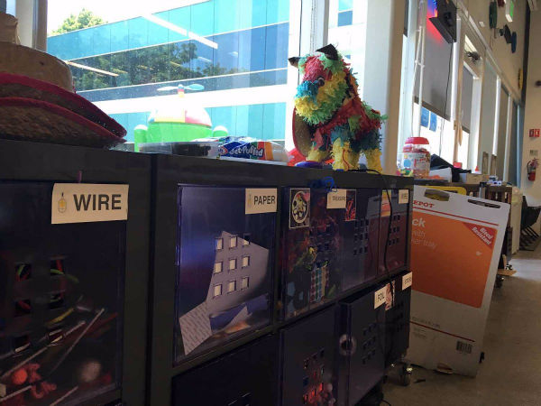 وسایل بلااستفاده و دور ریختنی زیادی در این گاراژ وجود دارند که از سیم گرفته تا کاغذ و مقوا را شامل می شوند.