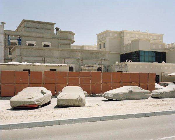 شرکت معمار همچنین شهر مصدر را به گونه ای طراحی کرده که ماشین ها در آن جایی نداشته باشند و در عوض از وسایل نقلیه برقی برای جابجایی مسافران آن استفاده می گردد.