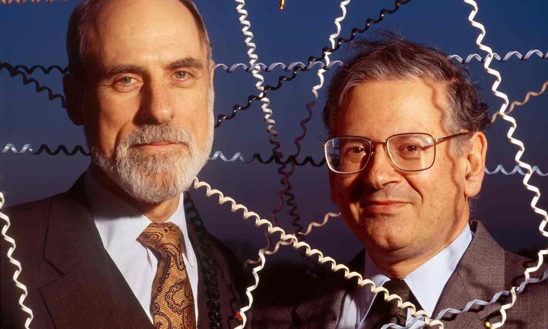 وینت سرف، سمت راست، در کنار رابرت کان. اشخاصی که اولین پروتکل اینترنت را تهیه کردند.