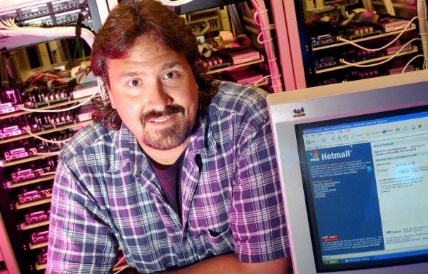 در 31 دسامبر سال 1997 میلادی، مایکروسافت هاتمیل را خریداری کرد؛ یکی از نخستین سرویس های ایمیلی مبتنی بر مرورگر که در ازای قراردادی به ارزش 400 میلیون دلار تحت تملک این شرکت درآمد. هاتمیل تا سال 2012 یا همین حدودها به کارش ادامه داد و از آن زمان به بعد، غول نرم افزار کاربران این سرویس را به تدریج به سمت Outlook.com هدایت کرد.