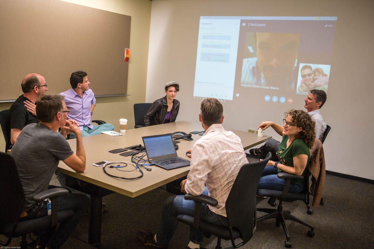 جلسه هفتگی تیم توسعه دهنده کورتانا برای بحث در مورد روش های جدید تعامل با کاربر