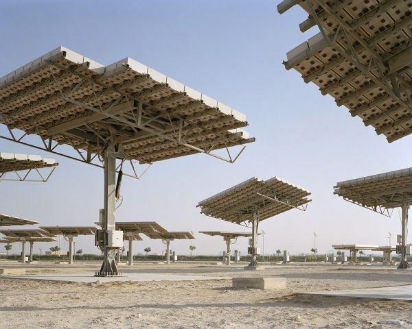براساس طرح اولیه ارائه شده توسط شرکت معماری Master + Partnersقرار بود که با استفاده از پنل های متعدد نور شدید خورشید در این شهر مهار گردد و از انرژی آن برای روشنایی و رفع سایر نیازهای مصدراستفاده شود.