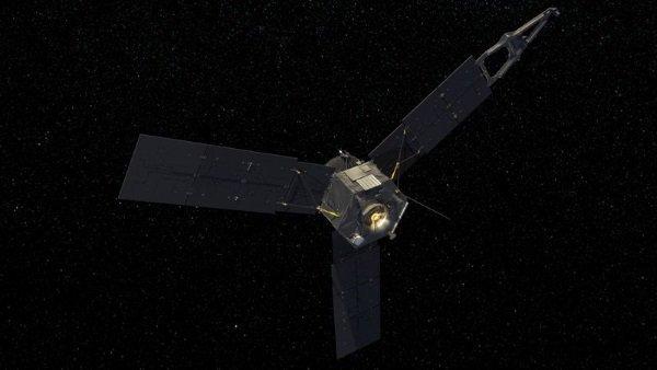 رندر هنری از فضاپیمای Juno در حال روشن کردن موتور اصلی اش