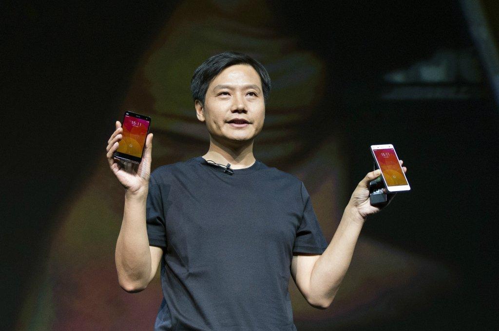 مدیر عامل شیائومی در حال به رخ کشیدن جدیدترین تلفن های هوشمند این شرکت. موبایل ها بیش از ۹۰ درصد درآمد شیائومی را به ارمغان می آورند.