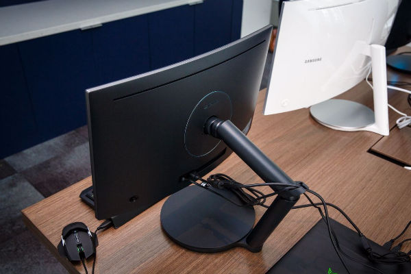 1472451254205_samsung-curved-monitors-0097-003-w600