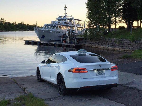 Tesla Taxi (8)