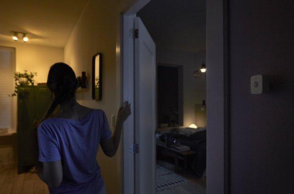 philips-hue-motion-sensor-hallway-night-time-1