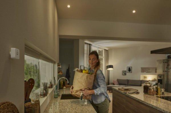 philips-hue-motion-sensor-lifestyle-kitchen-1