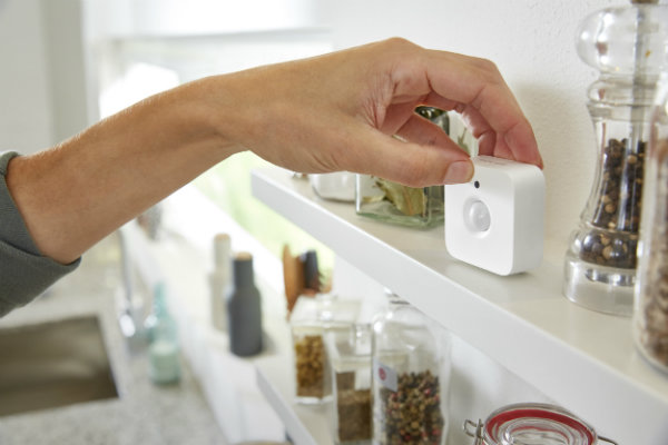 philips-hue-motion-sensor-magnetic-on-shelf-1