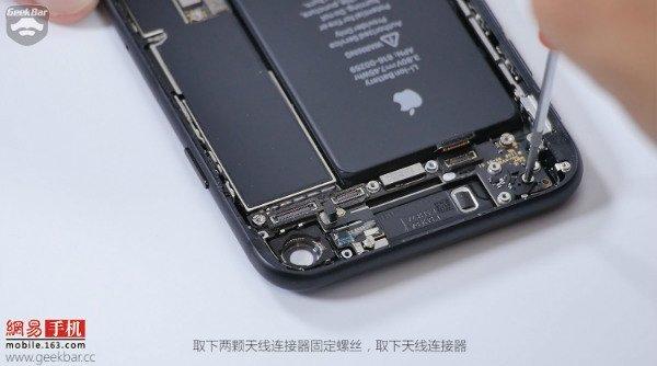 Apple-iPhone-7-teardown (7)