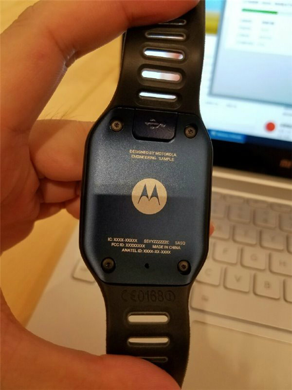 Motorola-smartwatch-prototype-featured-a-rectangular-screen-and-a-microUSB-port2-w600