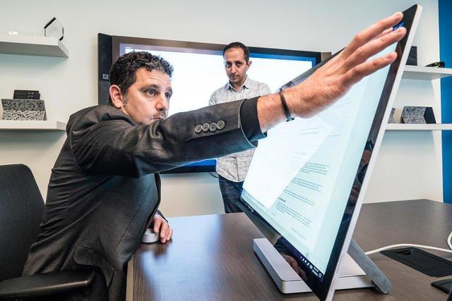 پانوس پانای، زاویه نمایشگر سرفس استودیو را با یک فشار تغییر می دهد.