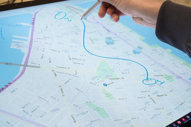 نشانه گذاری یک نقشه با استفاده از قلم سرفس.