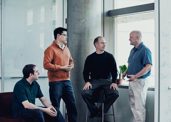 اعضای تیم پروژه منجنیق از چپ: آدریان کالفیلد، اریک چانگ، داگ برگر، اندرو پانتم.