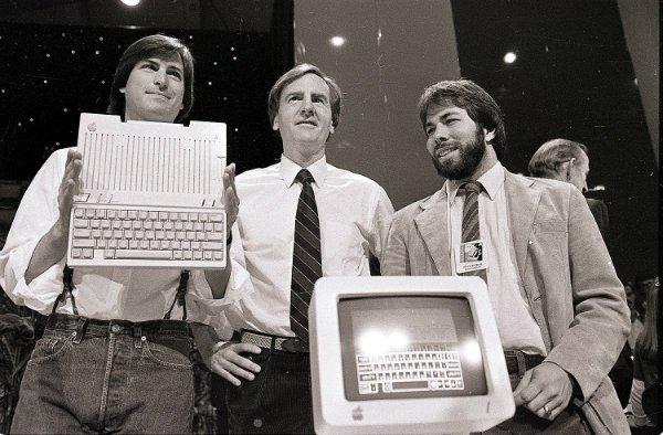 به ترتیب از چپ به راست: استیو جابز، جان اسکالی، استیو ووزنیاک