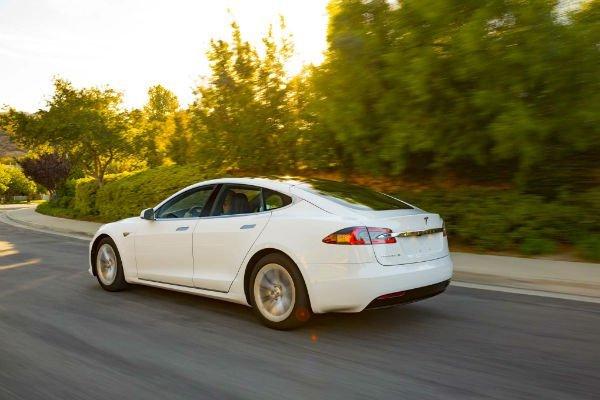 2016-Tesla-Model-S-60-rear-three-quarter-in-motion-w600-h600
