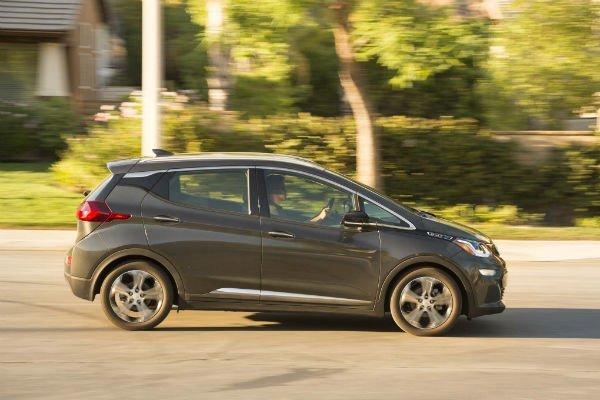 2017-Chevrolet-Bolt-EV-Premier-side-in-motion-02-w600-h600