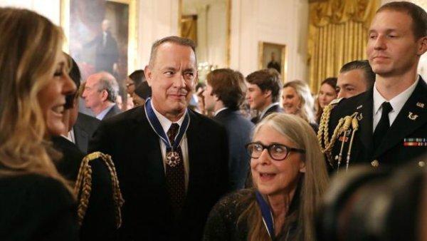 همیلتون و تام هنکس، ستاره فیلم آپولو 13، دیگر دریافت کننده مدال آزادی در کنار یکدیگر.