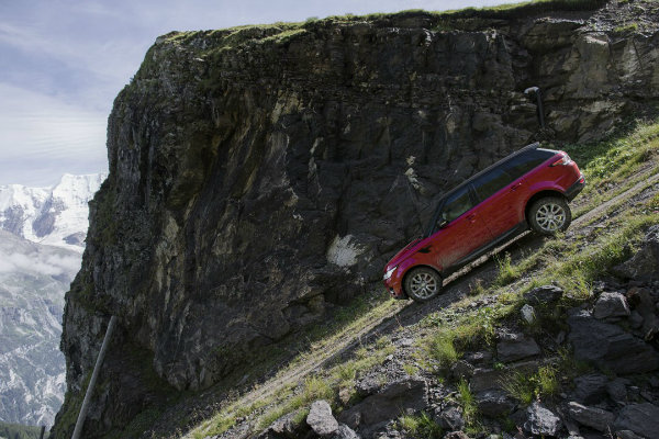 range-rover-sport-goes-where-very-few-skiers-dare-in-inferno-downhill-challenge_1 (2)