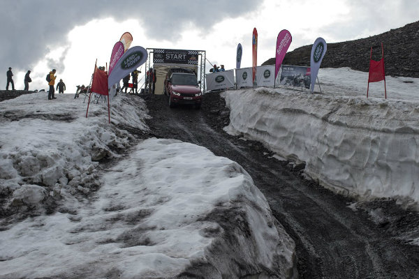 range-rover-sport-goes-where-very-few-skiers-dare-in-inferno-downhill-challenge_4