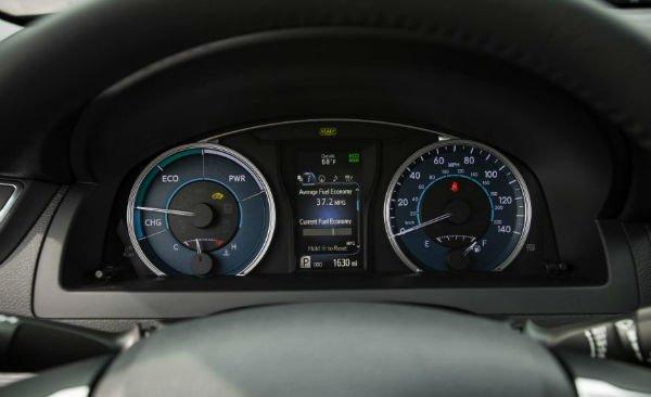 2017-toyota-camry-hybrid-135-876x535-w600-h600