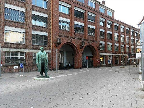 مجسمه آقای آدام اپل در Sligo