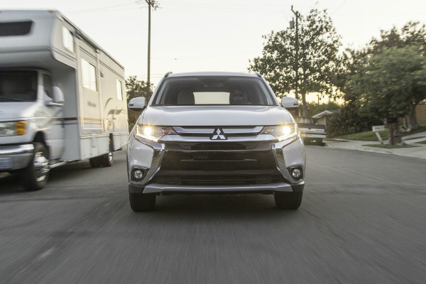 2016-mitsubishi-outlander-sel-s-awc-front-end-in-motion