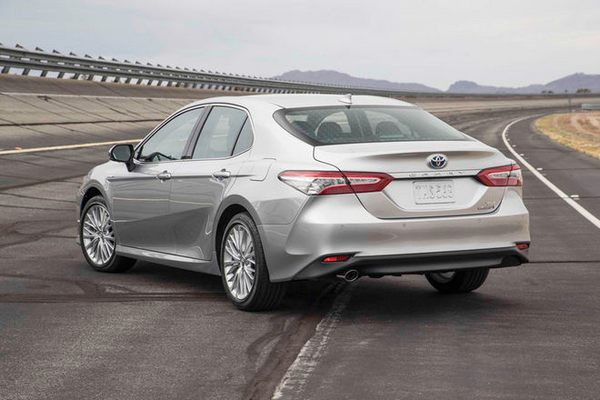 2018-toyota-camry-hybrid-xle-rear-three-quarter