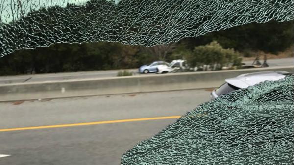 شیشه شکسته یکی از اتوبوس های اپل