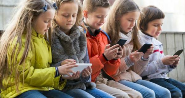 47 درصد از والدین آمریکایی، فرزندان خود را معتاد به دیوایس های موبایل می دانند