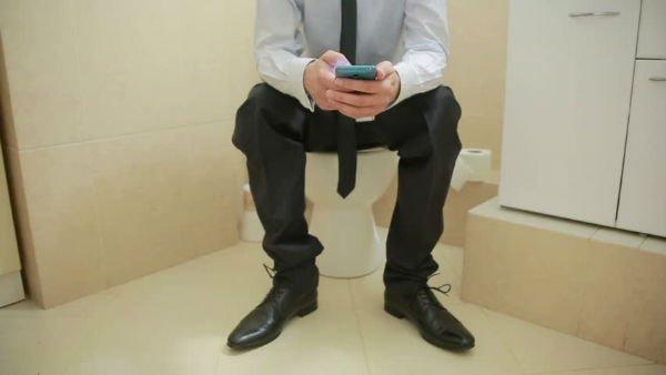استفاده از موبایل در دستشویی