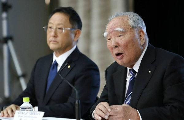 Osamu Suzuki, chairman of Suzuki Motor Corp., right, and Akio Toyoda,