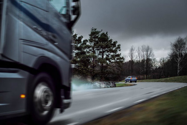 volvo-cars-can-now-talk-to-volvo-trucks (7)