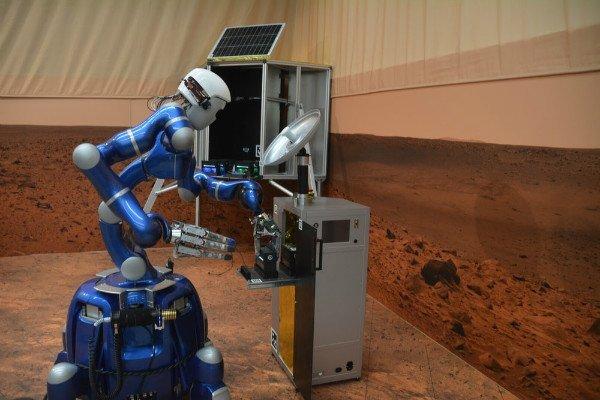 یک روح در دو بدن؛ پیاده روی فضانورد ساکن ایستگاه فضایی روی زمین