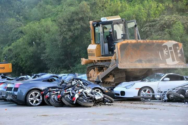 philippines-president-crushes-5m-worth-of-smuggled-supercars-with-bulldozers-127522_1 (1)