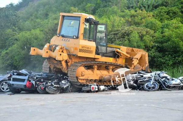 philippines-president-crushes-5m-worth-of-smuggled-supercars-with-bulldozers_5