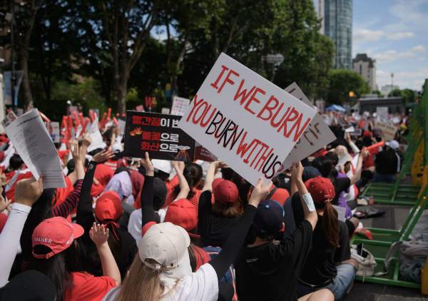 اعتراض زنان کره جنوبی به دوربین های جاسوس در این کشور