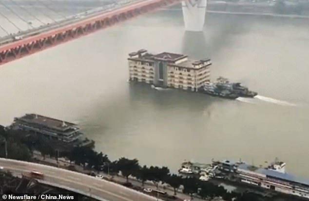 انتقال ساختمان پنج طبقه از طریق رودخانهی یانگ تسه در چین [تماشا کنید]